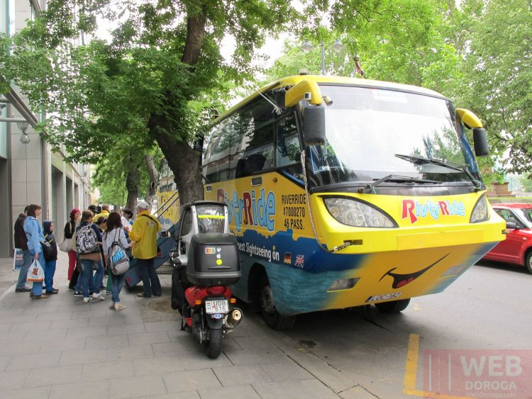 Водный автобус в Будапеште - туристы заходят