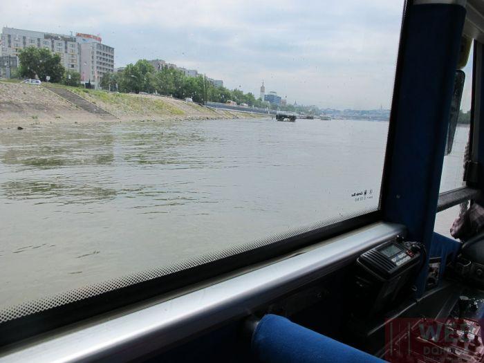 Водный автобус в Будапеште - за окном Дунай