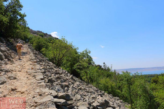 Тропа на склоне в Национальном Парке Пакленица