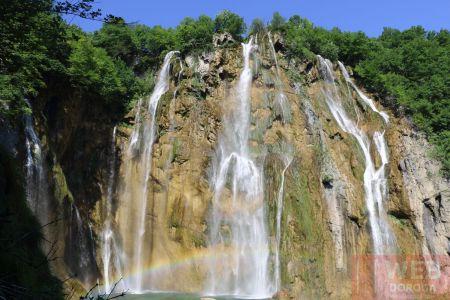 Крупный водопад на скалах Плитвицких озерах