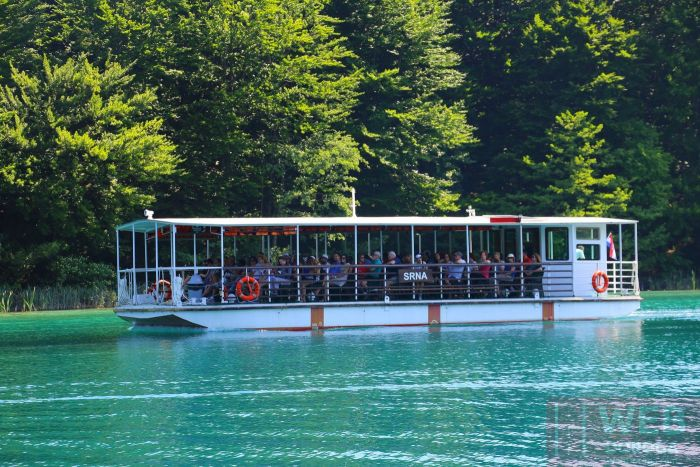 Вид на катер который ходит по Плитвицким озерам