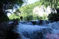 Маленькие водопады между озерами