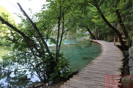 Деревянная пешеходная дорожка в Плитвицких озерах