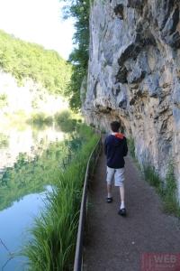 Земляная пешеходная дорожка вдоль скал в Плитвицких озерах