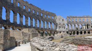 Вид на стены Амфитеатра в Пуле