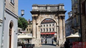 Сергиевые ворота в Пуле