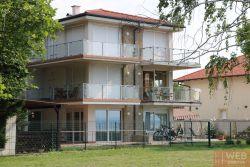 Вид на апартаменты с озера Балатон близко
