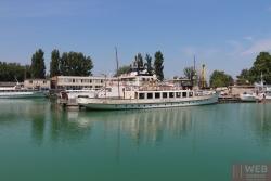Прогулочные пароходы в порту ждут туристов