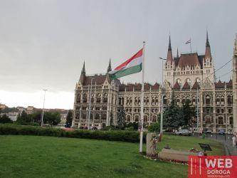 Вид на Венгерский парламент с улицы с флагом Венгрии