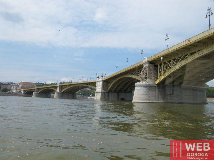 Мост через Дунай в Будапеште - вид с реки