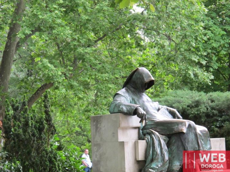 Памятник Анониму в Будапеште на территории замка Вайдахуняд
