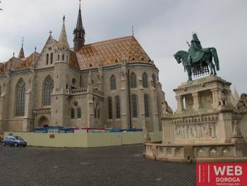 Собор Матяша в Будапеште вид сто стороны памятника