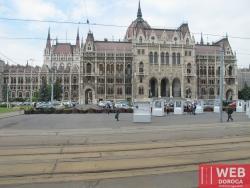 Венгерский парламент - вид с остановки трамвая