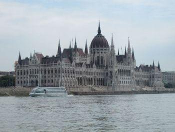 Здание парламента Венгрии - вид с Дуная