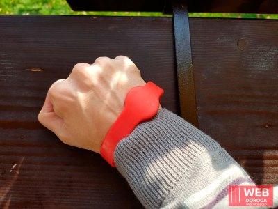 Как носить пропускной браслет в Косино на руке в термальных водах