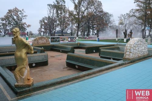 Осушенный термальный бассейн Изумрудный после чистки
