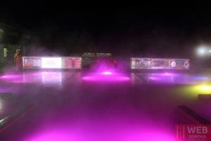 Изумрудный термальный бассейн Косино ночью - вид спереди