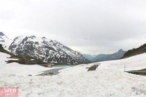 На Альпийском перевале летом в Июне
