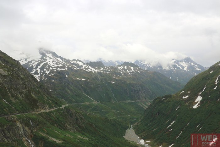 Серпантин через Альпийский перевал в Швейцарии