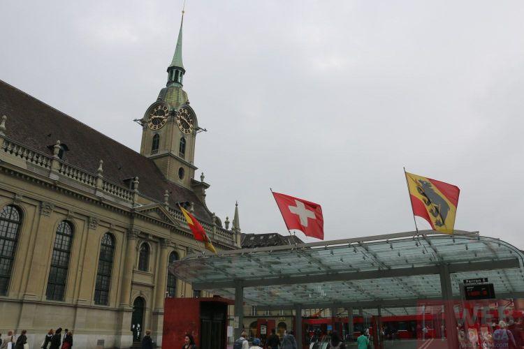 2 главных символа - флаг Швейцарии и флаг Берна
