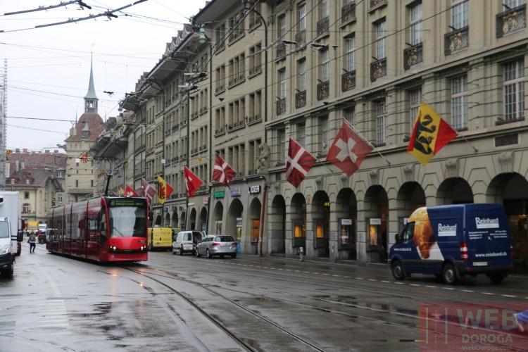 Улицы Берна - везде флаги и трамваи