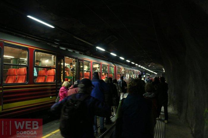 Вокзал в середине горы на высоте больше 3500 метров