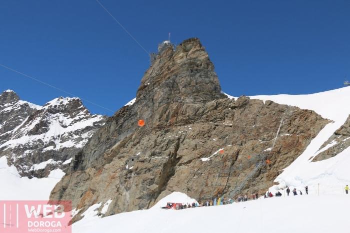 Вид на выход на ледник с обсерваторией на скале