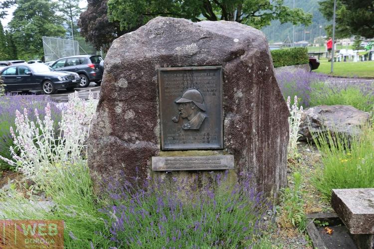 памятная доска Шерлоку Холмсу на Рейхенбахском водопаде