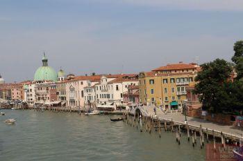 Вид на Гранд канал - пристань со стороны Моста Конституции в Венеции