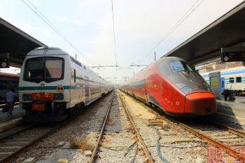 Перон с скоростными поездами .italo AGV на вокзале Санта-Лючия в Венеции