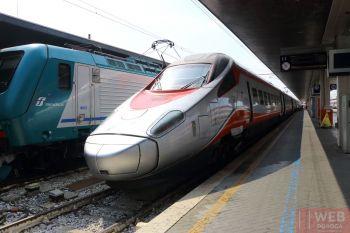 Перон с скоростными поездами Eurostar на вокзале Санта-Лючия в Венеции