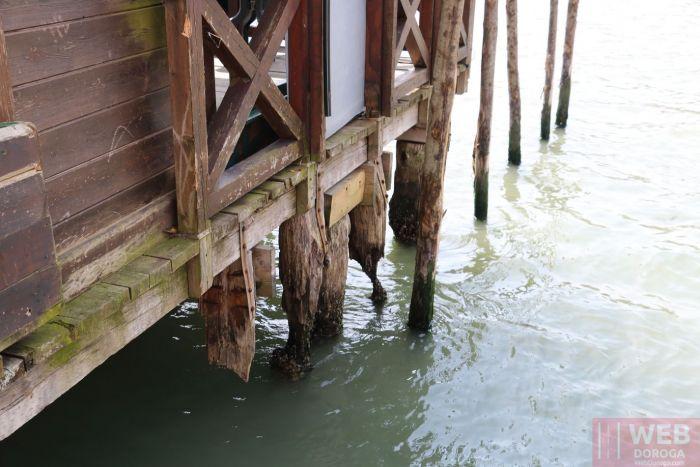 Сваи Венеции в канале