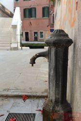 Питьевая колонка во дворе Венеции