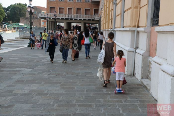 Поток пассажиров на железнодорожный вокзал Венеции - Санта-Лючия