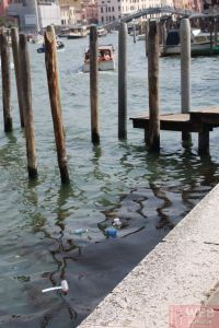 Мусор в каналах Венеции