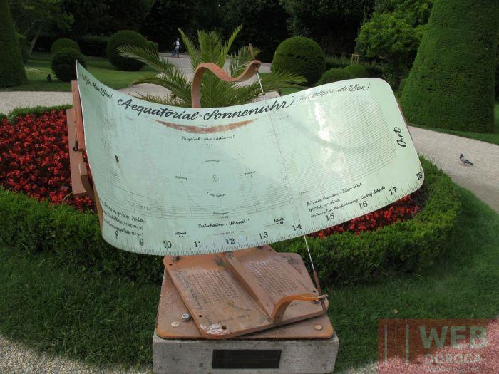 Солнечные часы в парке недалеко от Пальмового дома