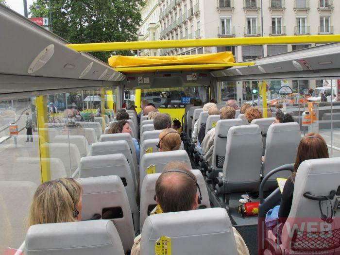 Вид на автобус Хоп-он Хоп-офф в Вене