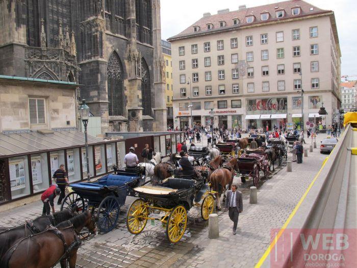 Конные экипажи возле Собора Святого Стефана