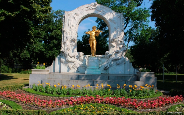 Золотой памятник Штраусу в Городском парке Вены